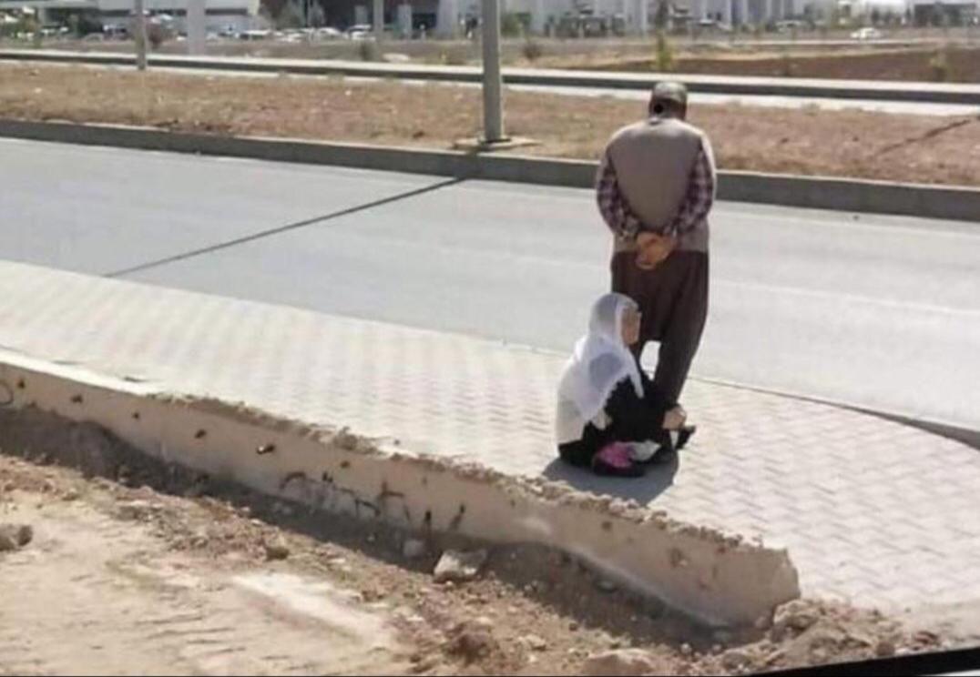 هذه الصورة تم التقاطها في إحدى شوارع مدينة ماردين التركية لامرأة مسنة تفترش على الأرض بينما يقف زوجها ليوفر لها الظلال ويمنع عنها أشع The Row Gym Row Machine