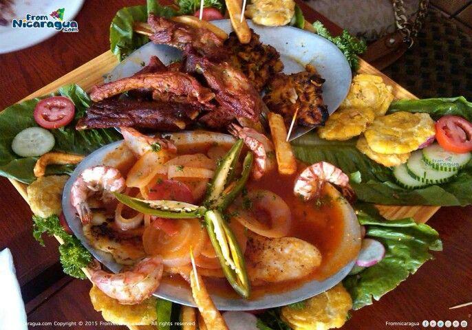 Caldo de camarón, acompañado de costillas de cerdo y tostones