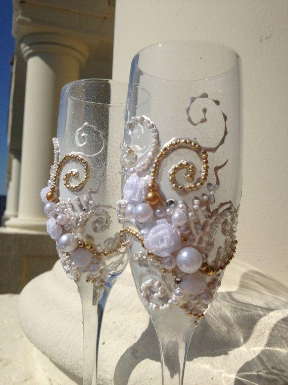 Gafas de tostado de la boda de la mano decorada con un diseño