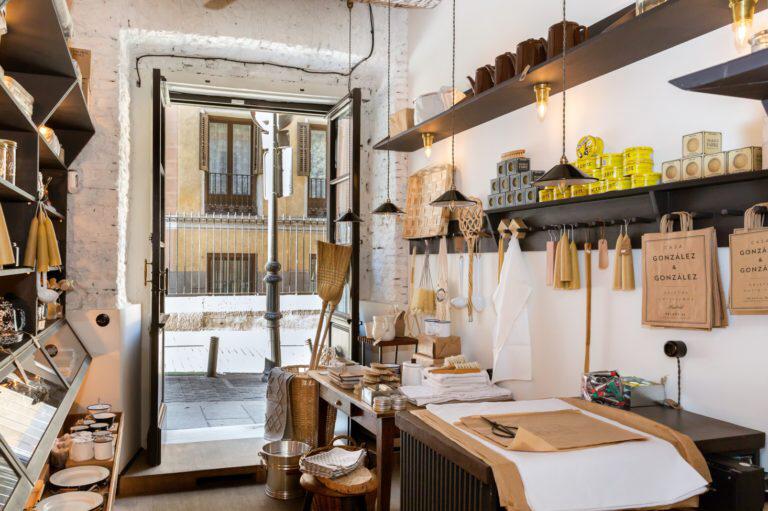 Casa González González Una Bonita Tienda En Madrid Que Apuesta Por Lo Genuino Decoración De La Pared Rústica Tiendas Decoracion Diseño De Fachada De Tienda