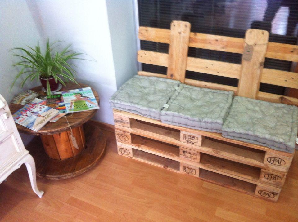 Reciclado de palets para convertirlos en sofás. www.paletsdeluo.com  Fabrico muebles con palets a medida. Chilout , jardín , sofás, sillones, mesas, mesa,   Facebook. Muebles con palets  Paletsdelujo@gmail.com  Decoración tiendas, diseño espacios, fabricación a través de una foto.