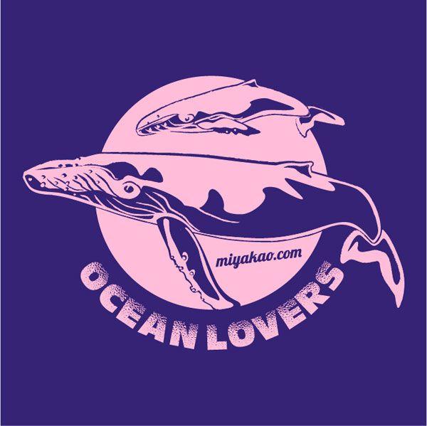 Detalle camiseta Ocean lovers! Ilustración de ballenas en rosa y púrpura. http://www.miyakao.com/es/camisetas.html