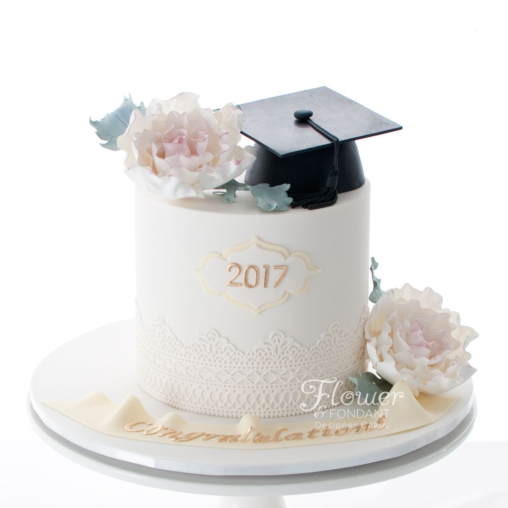 Graduations cake with sugar flowers and edible mortar board ...