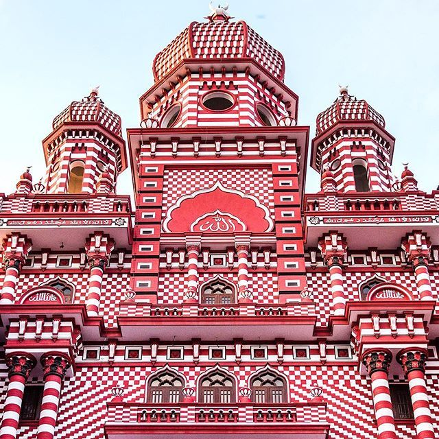 The spectacular Jami-Ul-Alfar (also known as the red Mosque) built in 1909 tucked away in Pettah.