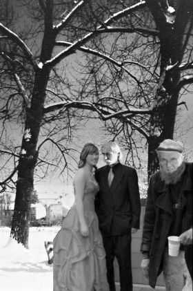 Velkorysý Vladimír Faic. Na svou, v pořadí již pátou, svatební veselici pozval pan Vladimír Judy Faic i několik sušických bezdomovců, které potěšil grogem bez rumu. Ještě nutno podotknout, že jeho pátou vyvolenou se stala Irina Kapitonová z Uzbekistánu. Foto J.H.Kavale.