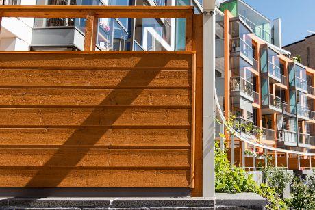 Arkkitehdit Kirsi Korhonen ja Mika Penttinen ovat yhdistäneet kauniisti keltaisen puun ja talon muut rakenteet jännittäväksi kokonaisuudeksi.