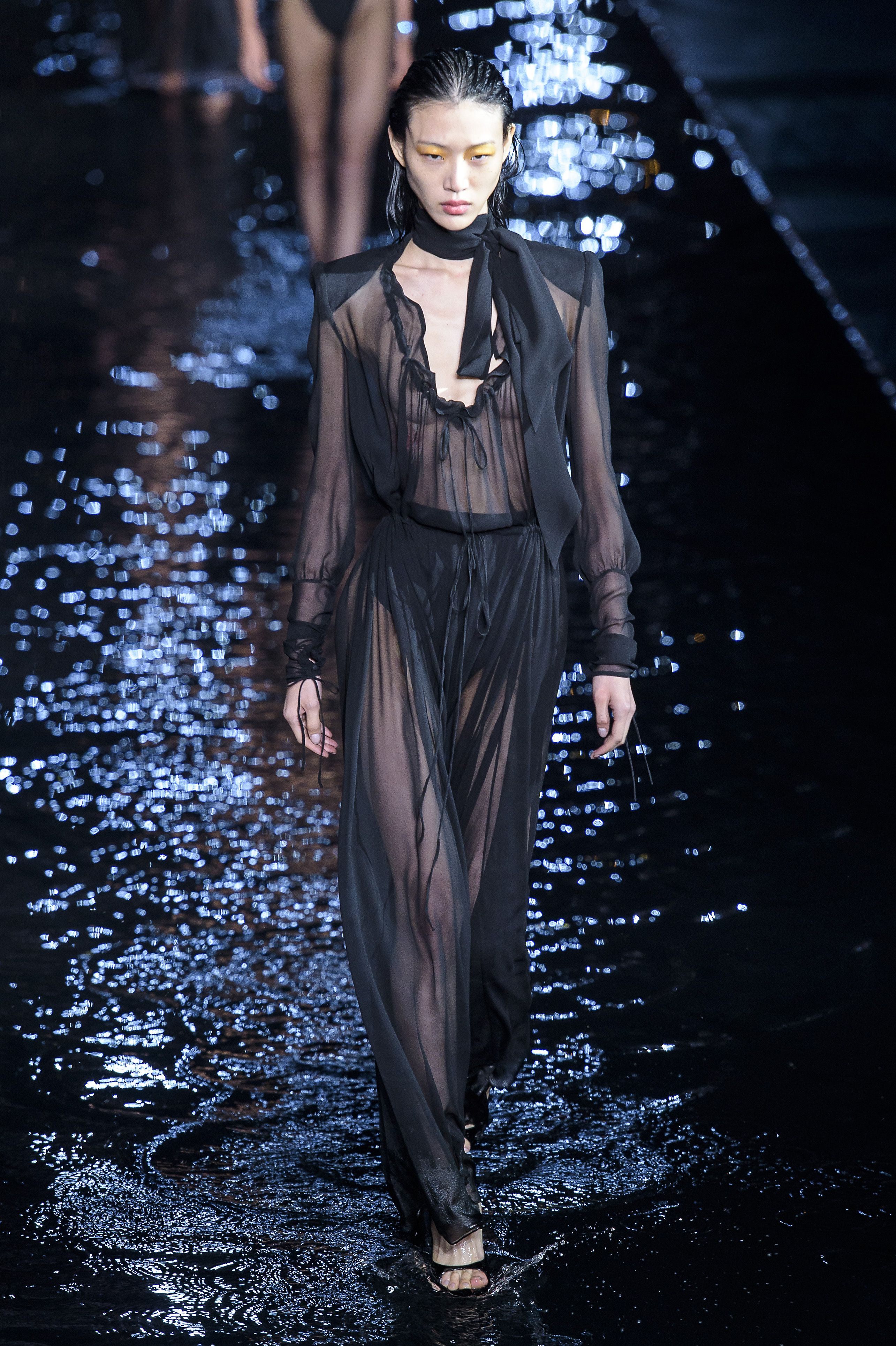 bd9ede606a8 Défilé Saint Laurent Prêt-à-porter printemps-été 2019 Femmes Womenswear  Saint Laurent