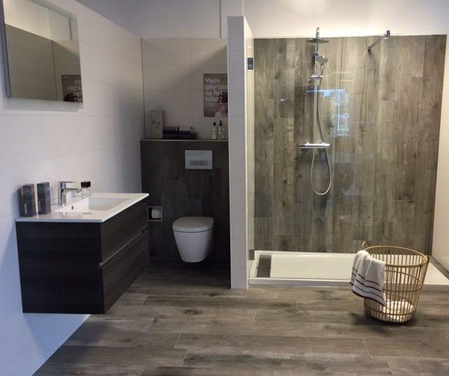 Een mooie houtlook tegel kan je badkamer een stoere for Zwembad houtlook