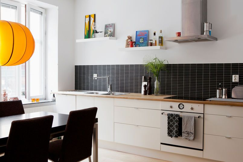 Czarna Mozaika Nad Blatem Dodała Tej Minimalistycznej Kuchni