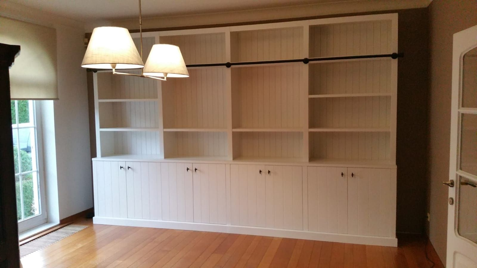 boekenkast op maat met landelijke afwerking gecombineerd met een moderne belijning boekenkastopmaat vitrinekastopmaat