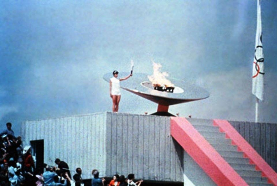 Mexico City 1068 The First Time An Olympic Cauldron Was Lit By A Woman Athlete Norma Enriqueta Basilio De Sote Deportes Olimpicos Historia De Mexico Pebetero
