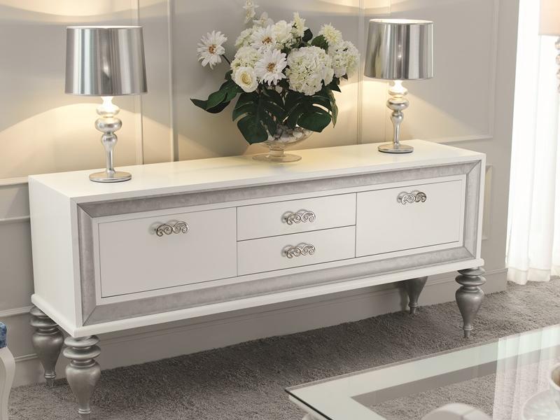 Aparador con puertas y cajones lacado en blanco con molduras y patas acabadas con hoja de plata Lacado de muebles en blanco