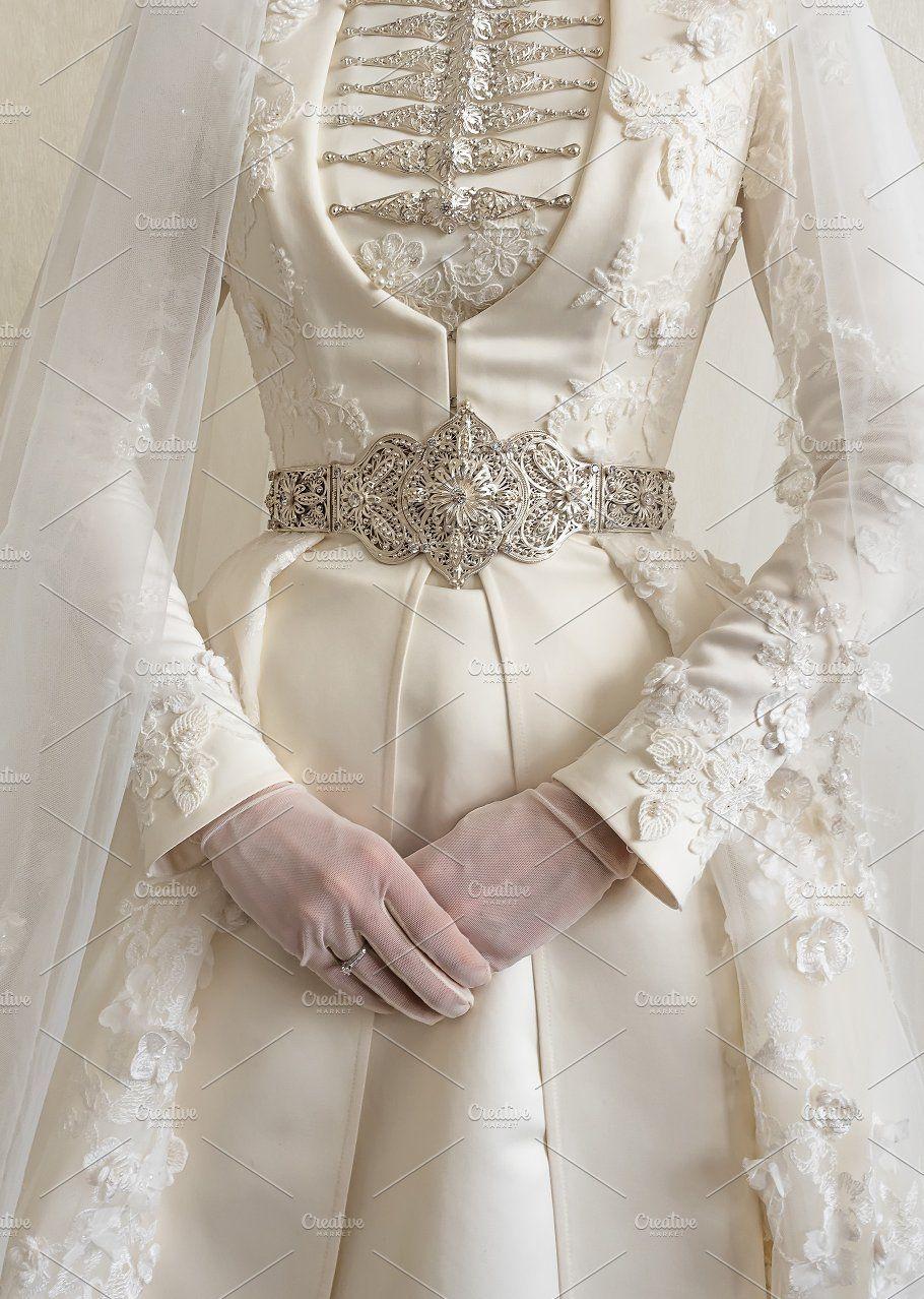 Costume national de mariée caucasienne. Gros plan d'une robe de mariée. Robe de mariée b …   – ui