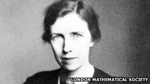 #19 Mary Cartwright,  (1900 - ¡1998), fue una matemática británica. Publicó el teorema de Cartwright, sobre máximos de funciones. Se puede decir, que con su teorema y sus estudios con Littlewood empieza la teoría del caos. En 1947 se convirtió en la primera mujer matemática en ingresar en la Royal Society, llegando a presidir la Sociedad Matemática de Londres en 1961.
