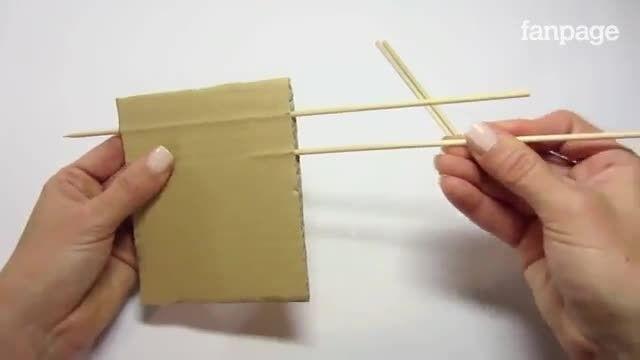 Basta um pedaço de papelão e palitos de dente para fazer um laço perfeito, que se pode tornar em laço de cabelo ou presente de Natal. Veja como!