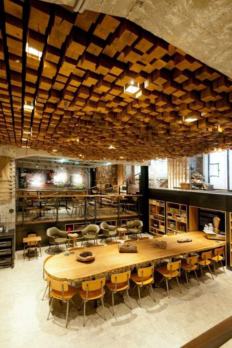 Die abgehängten Holzbläcke kreieren einen 3D-Effekt | Interior ...