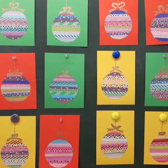Weihnachten naht! Kreise auf Backpapier zeichnen, mit Washi-Tape bekleben. Das Einzige was zu beachten ist: D ie Klebebänder müs... #weihnachtskartenbastelnmitkindern