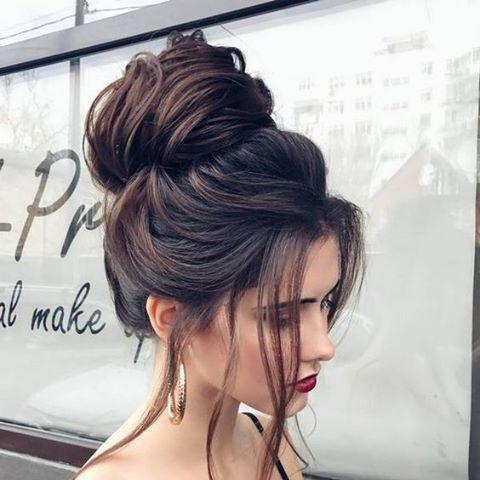 Dica de penteado para o dia a dia: aposte no coque alto e levemente bagunçado com algumas mechas soltas. #styletips#beautytips#haistyle#inspiration#hairbun