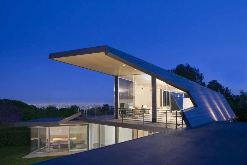 Modern Tigertail Residence Parading A Spectacular Diagonal Cantilevered Roof