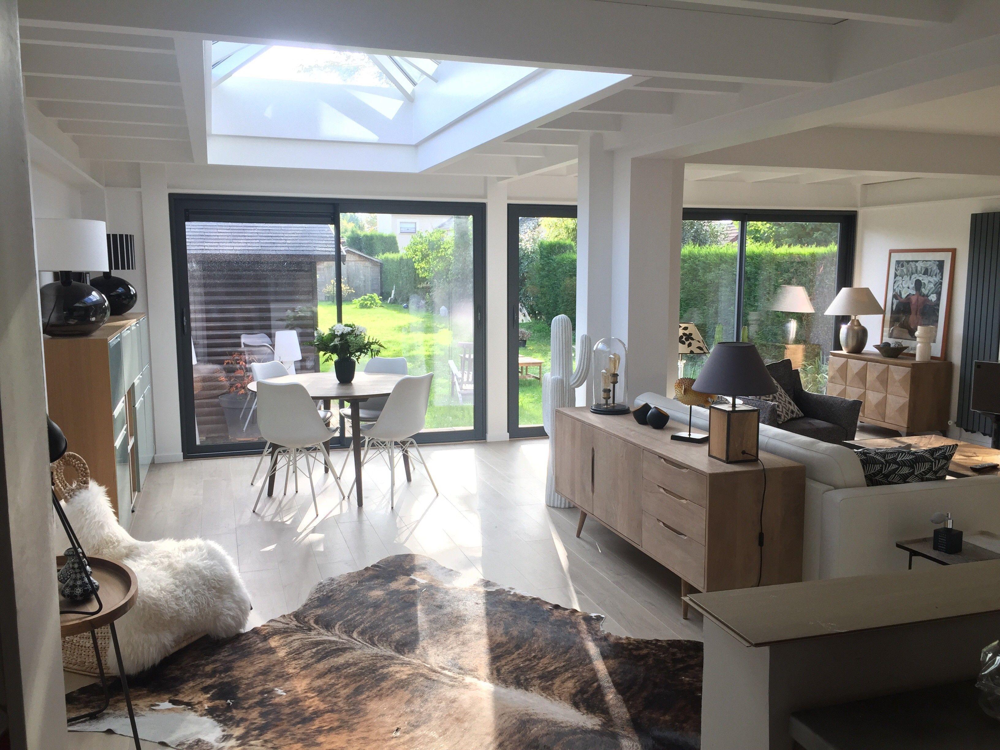 Veranda Puit De Lumiere une véranda moderne avec toiture plate et puit de lumière