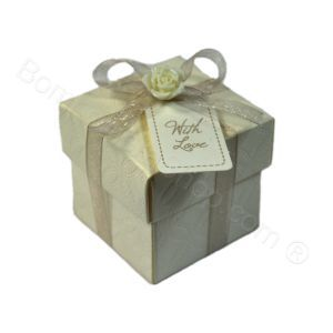 Cream textured favour box filled with a choice of dragees. A pretty elegant beautiful #italian #wedding #favour #favor #handmade http://www.bombonierashop.com/en/department/4/Wedding-Favours.html