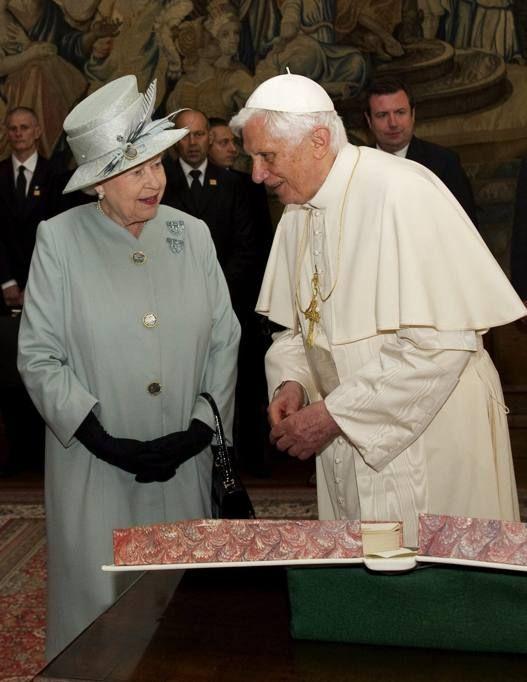 Elisabetta Ii Cappotto Verde E Foulard La Regina Dopo Il Giubileo Torna A Londra In Treno Regina Elisabetta Elisabetta Ii La Regina