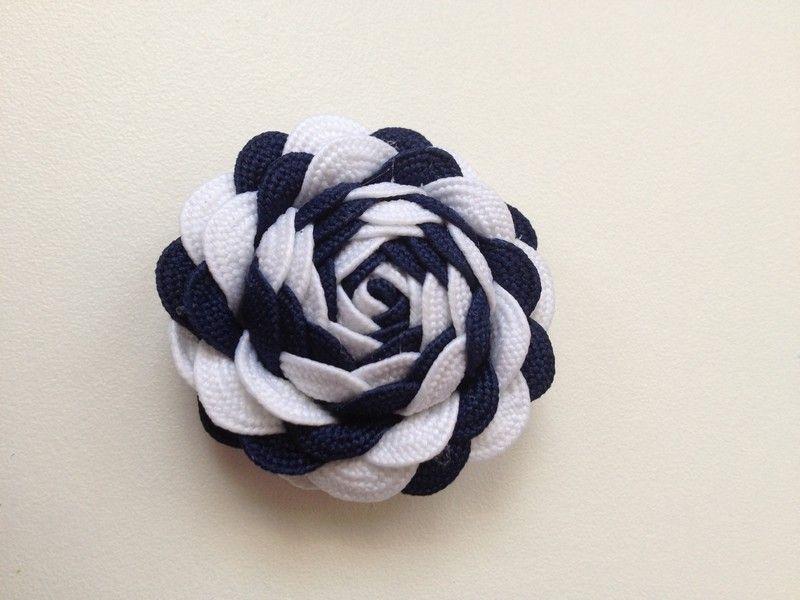 La cinta de picunela es ideal para realizar estas fantásticas flores decorativas que te servirán para tus complementos o manualidades