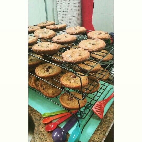 Fornada pra visitar as amigas: cookies de M&M's de chocolate ao leite... e de gotas de chocolate ao leite recheadas de manteiga de amendoim! Qual será o melhor?  #cookies #mms #nestletollhouse #chocolat #peanutbutter #omgquelegal #feitoemcasaémaisgostoso