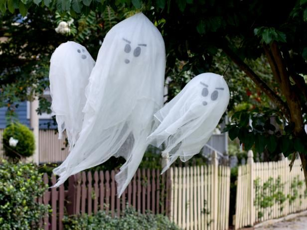 How To Make Hanging Halloween Ghosts Halloween Outdoor Decorations Halloween Diy Outdoor Scary Halloween Decorations Diy