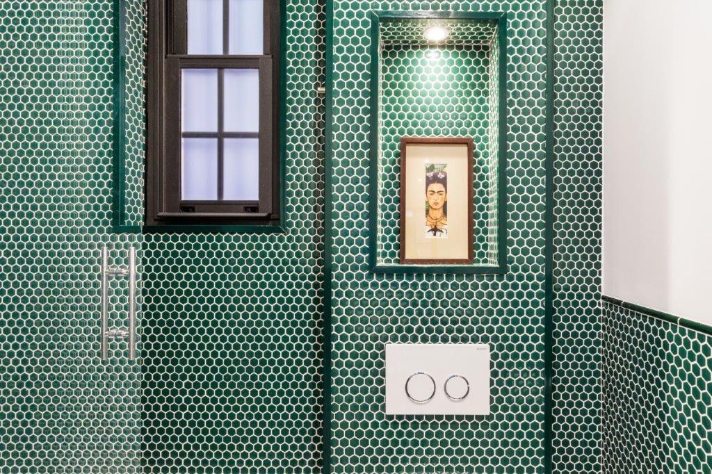 Un Bano Con Paredes Verde En Mosaico Hisbalit Sorprendente