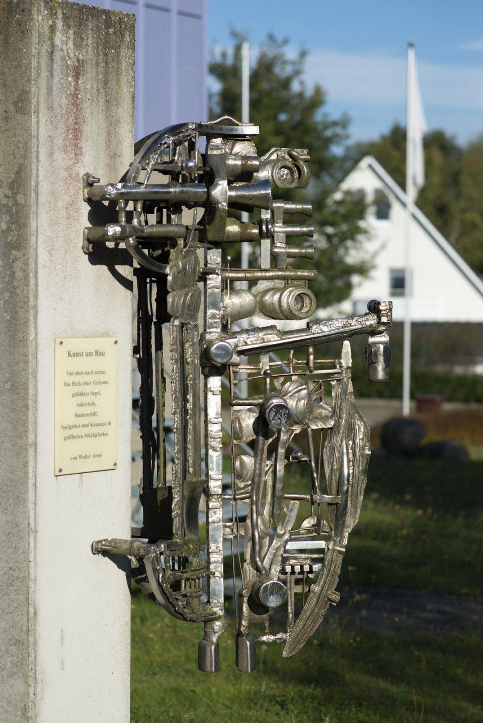 #Lauenburg Die zahlreichen miteinander verschweißten Stahlelemente greifen augenzwinkerndeine altertümliche, maritime Themenwelt auf und erinnern so an Seeräuber- und Abenteuergeschichten.Die Arbeit vor dem...