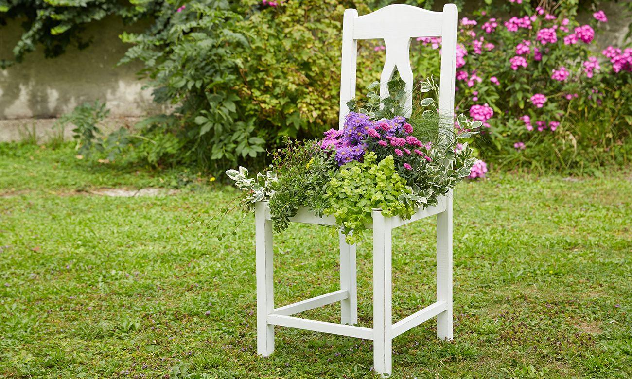 Alter Stuhl als tolle Gartendeko - genau einfach selbe machen! Anleitung am mömax Blog!