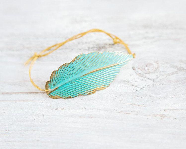 Das Armband besteht aus einem von mir in türkis patiniertem Blattanhänger aus Messing, der sich auch gut eurem Handgelenk anpassen kann (einfach leicht biegen). Durch den Schlaufen/Knoten...