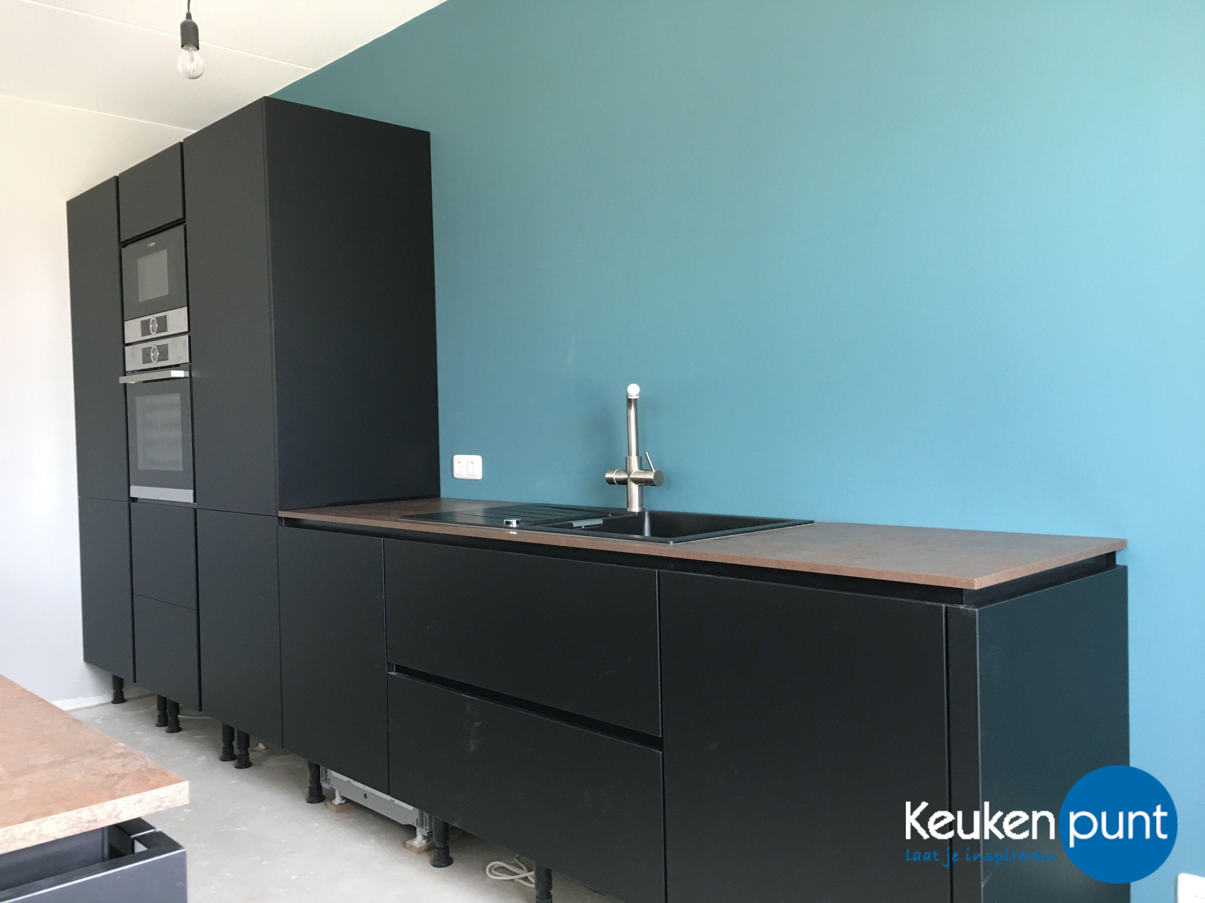 Mat zwarte keuken met eiland en blauwe achterwand keukenpunt
