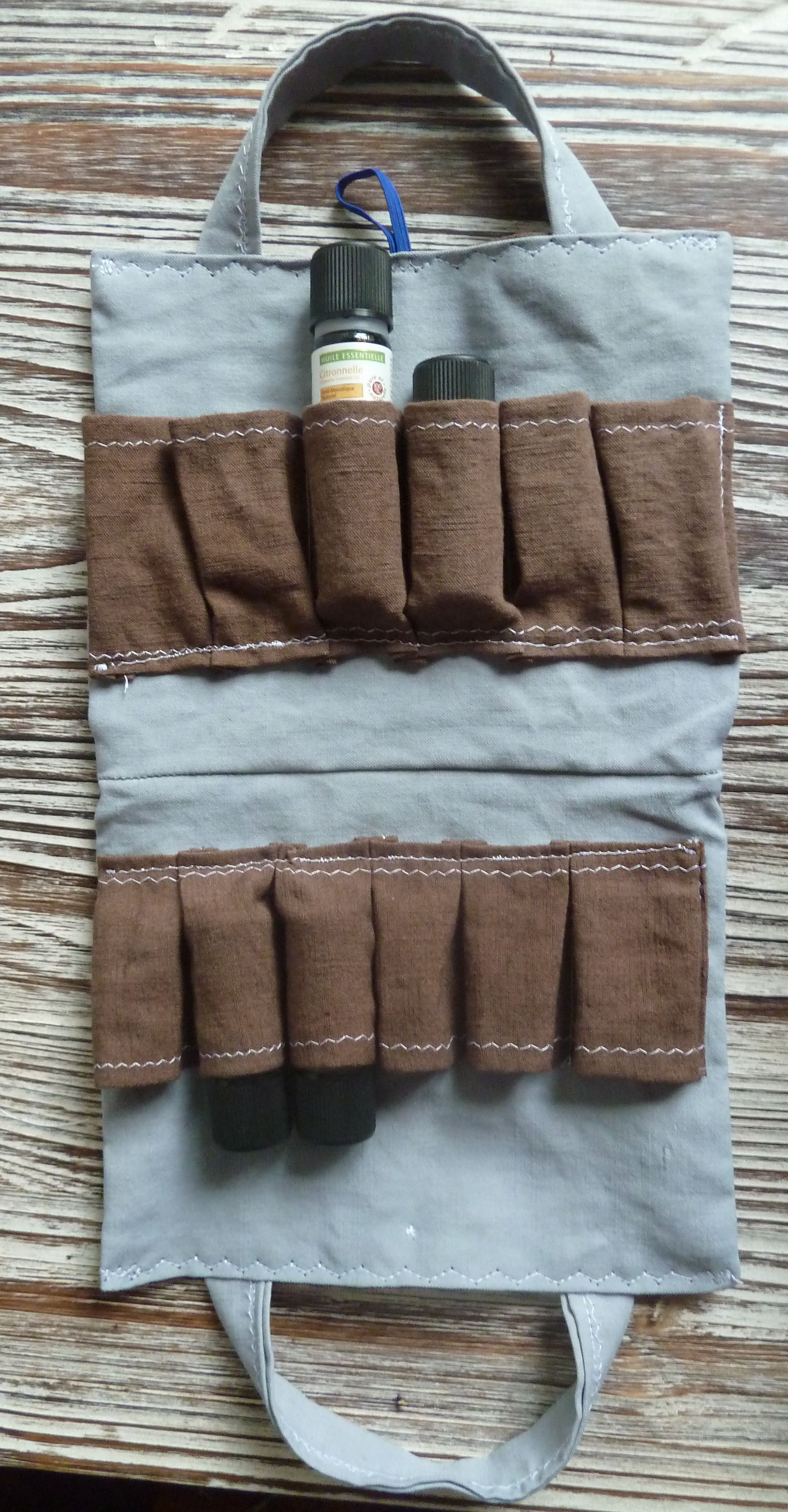 pochette pour les huiles essentielles organize pinterest couture id e couture et pochette. Black Bedroom Furniture Sets. Home Design Ideas
