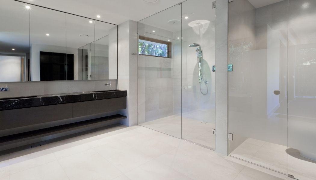 Montage glazen schuifwand badkamer + toepassing hoge spiegel ...
