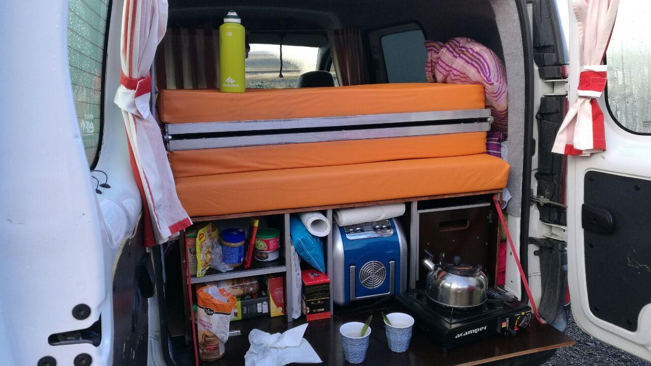 La Camper Van desde atrás, justo pero espacioso