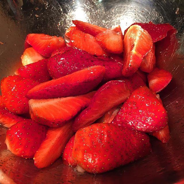 Ce matin en faisant le marché de #Carpentras je suis tombée sur le premières fraises de la saison (fraises de Carpentras pas fraises d'Espagne hein ^^ ) . Elles sont pas bio mais j'en avais trop envie  je les ai préparé avec de la vanille et du sirop d'agave  #dessert #végétal