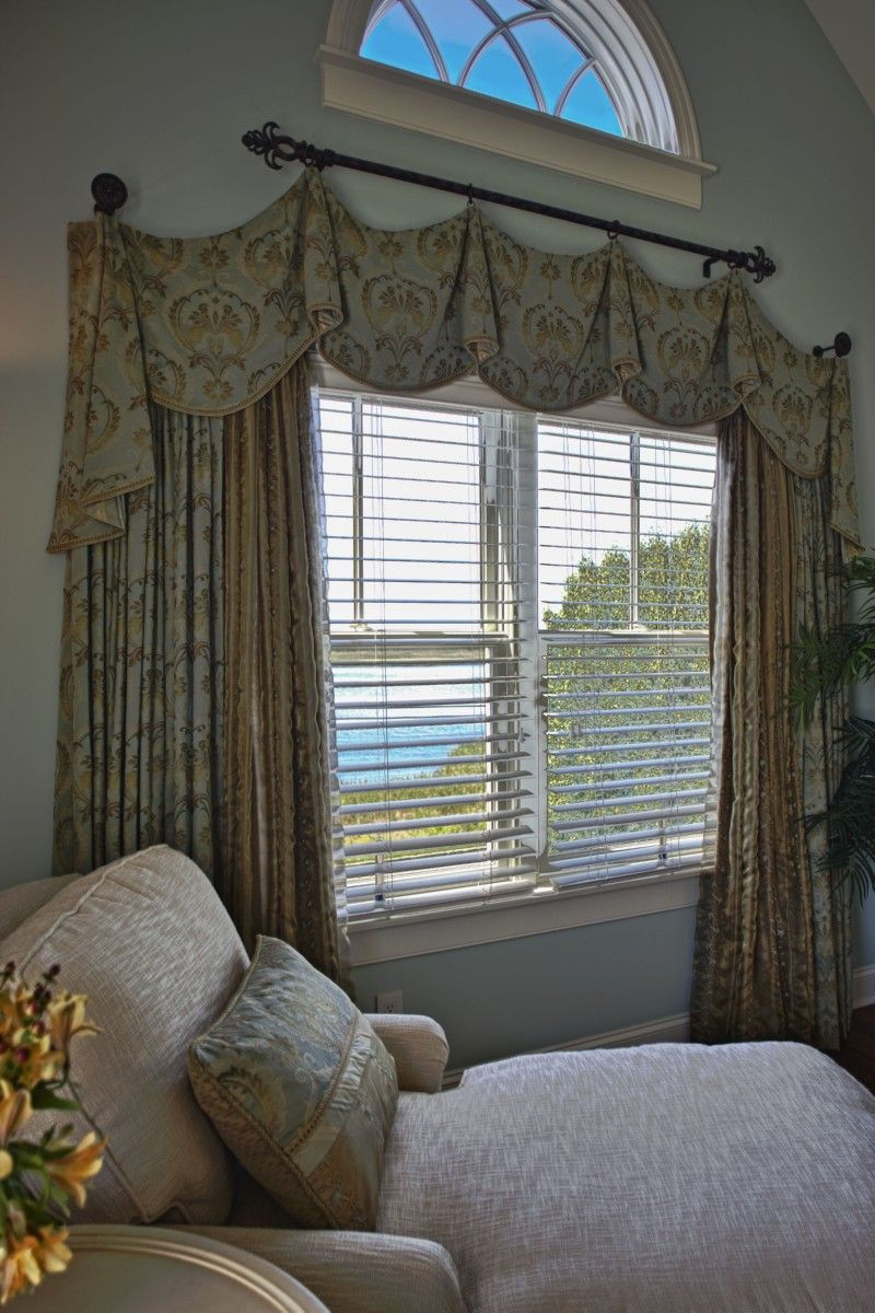custom window treatment i love this for karen simpson 39 s home oh mine too. Black Bedroom Furniture Sets. Home Design Ideas