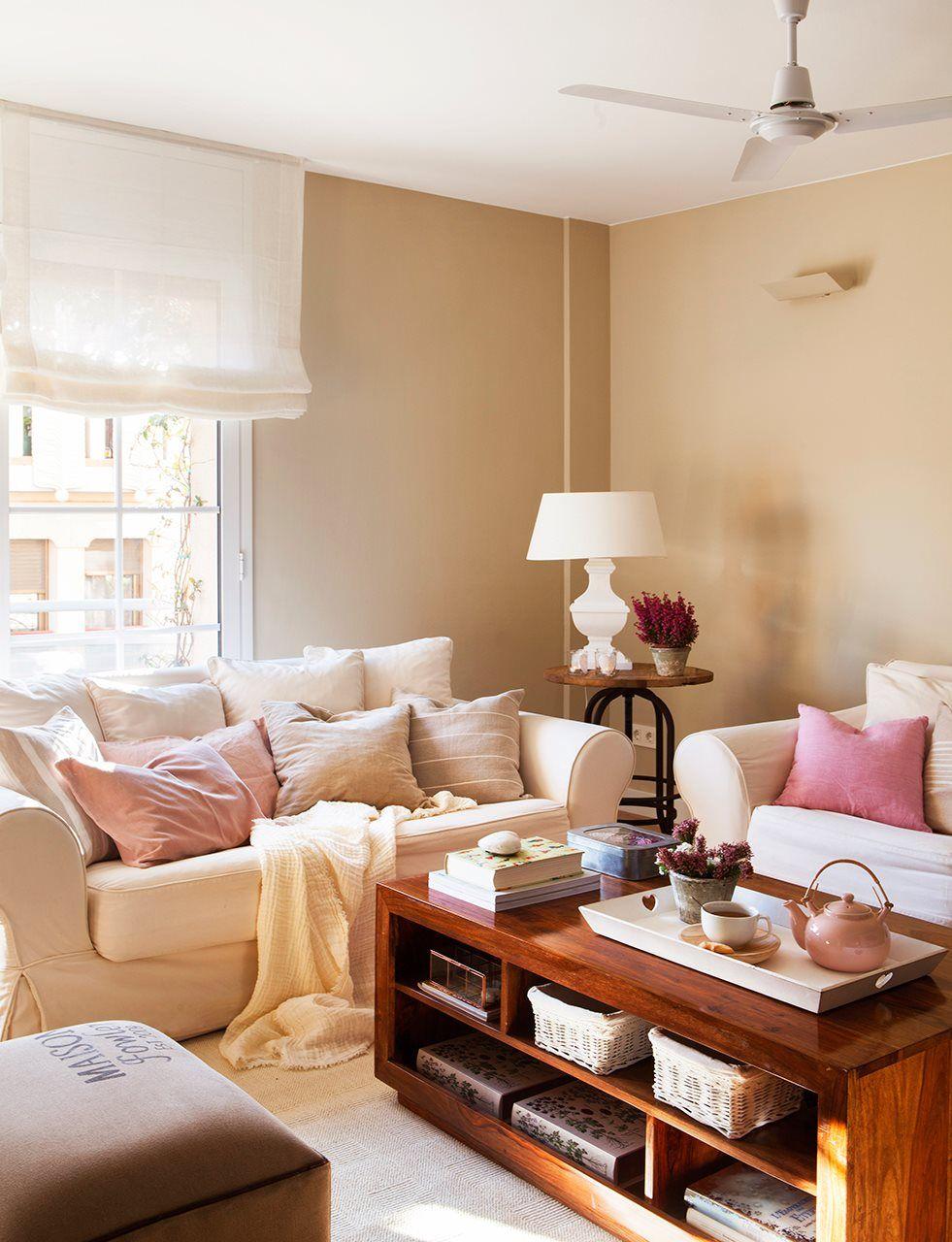 Dos sof s s en tonos claros decoracion salones for Salones modernos pequenos