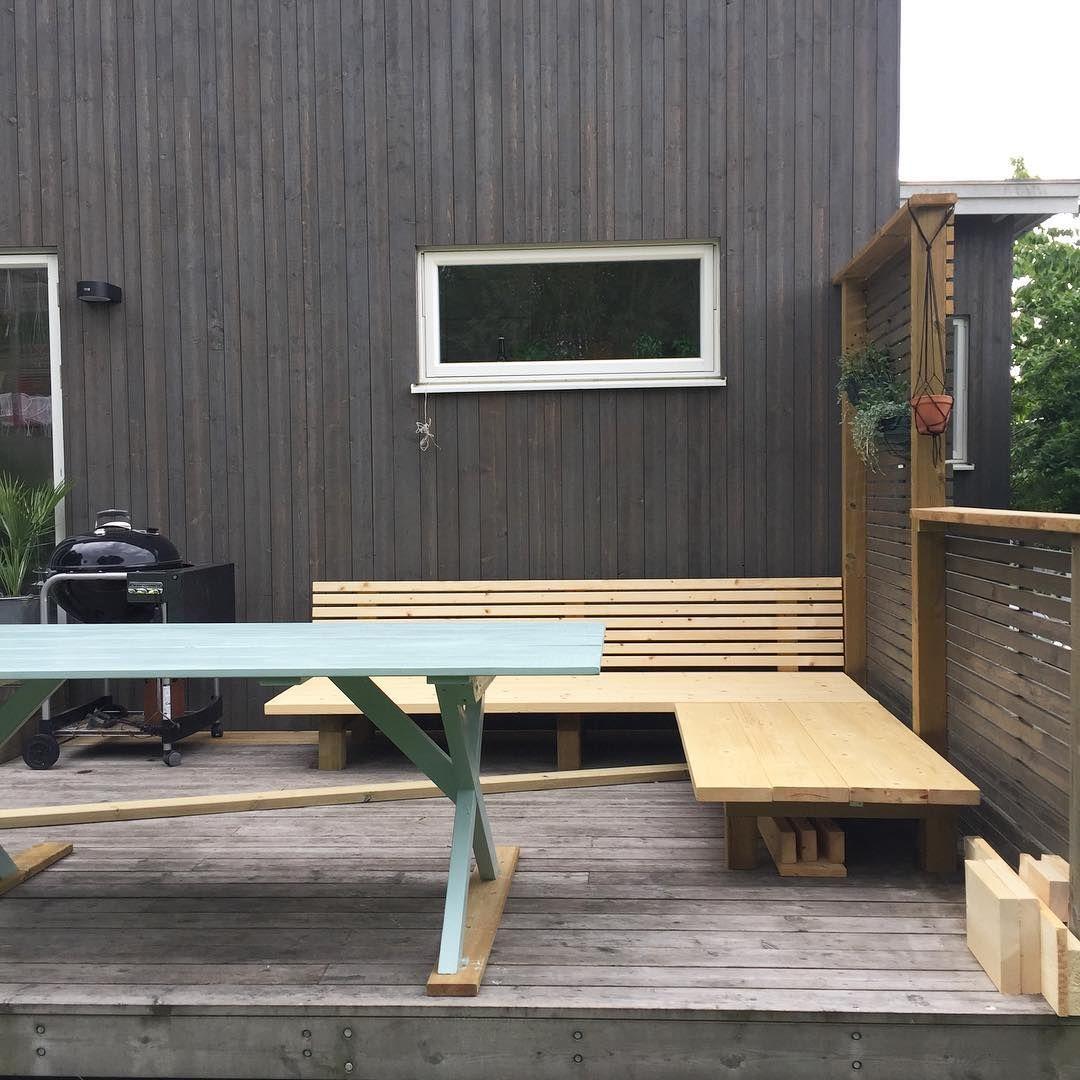 """Vi har byggt en soffa idag, och målat trädgårdsbord. Eller """"vi"""" förresten? Jag har bara stått vid sidan och tyckt en massa saker i vanlig ordning. 😬#tuuuuurattmanärgiftmedettproffs"""