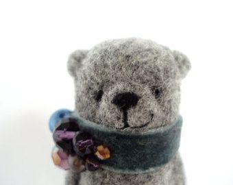 Feutre aiguilleté portent une broche, de laine gris, accessoires de mode, cadeau pour un ami, dans la boîte, faite à la main ours
