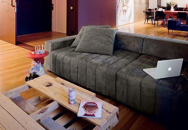 O anão de Philippe Starck fica ao lado do sofá e serve de apoio para copos ou outros objetos
