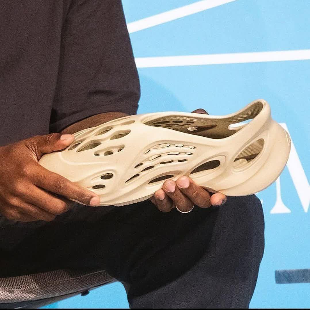 SneakersOn Novo Yeezy clog feito de