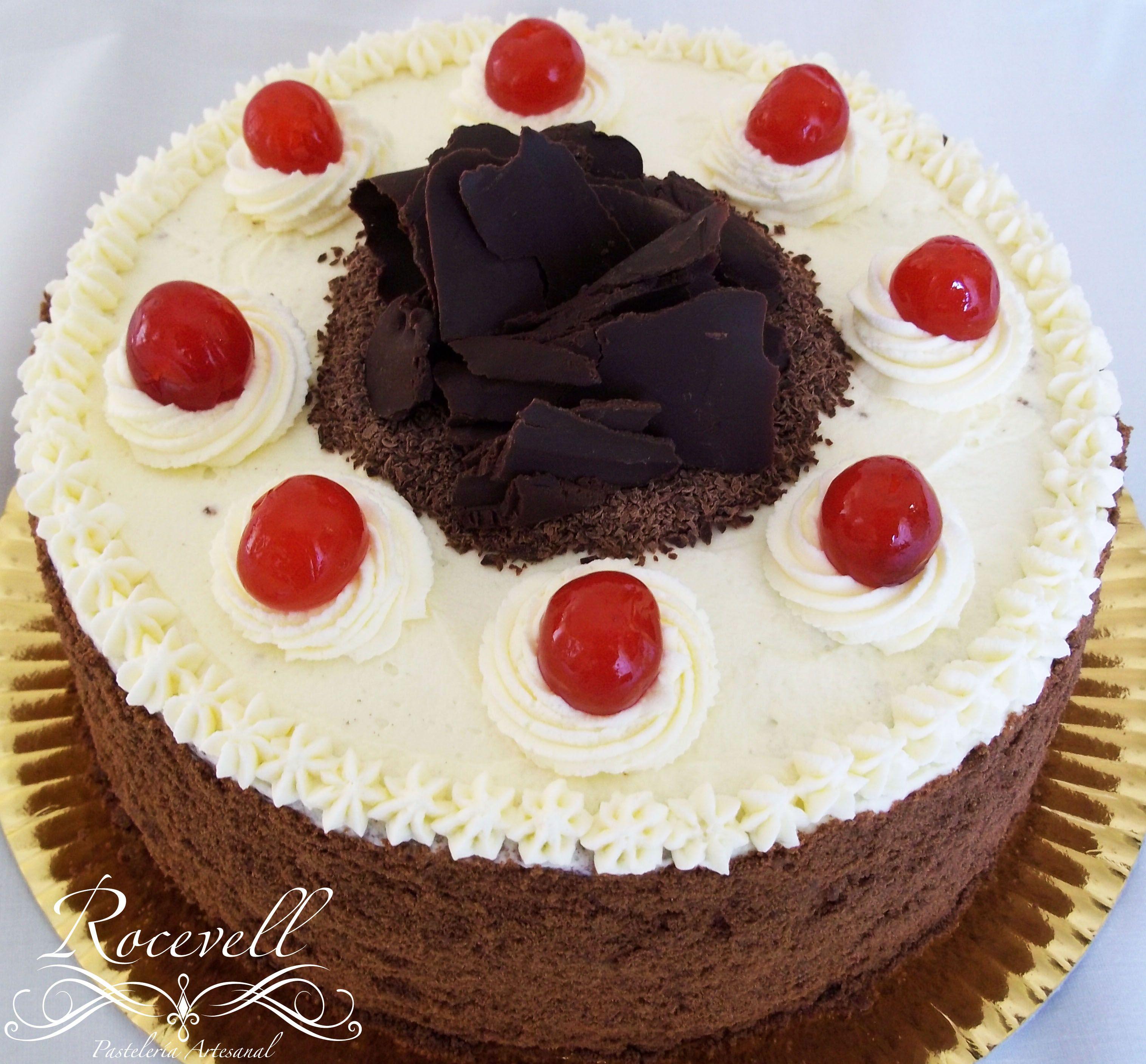 {selva negra} Genoise de chocolate, con dos cortes, uno de crema chantilly y cerezas, otro con dulce de frutos rojos.