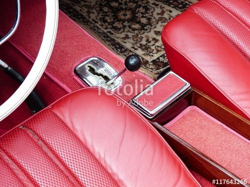 """Rotes Interieur mit Leder, Aschenbecher und verchromte Schaltkulisse eines alten Mercedes SL """"Pagode"""" Sportwagens der Sechziger Jahre bei den Golden Oldies in Wettenberg in Mittelhessen"""