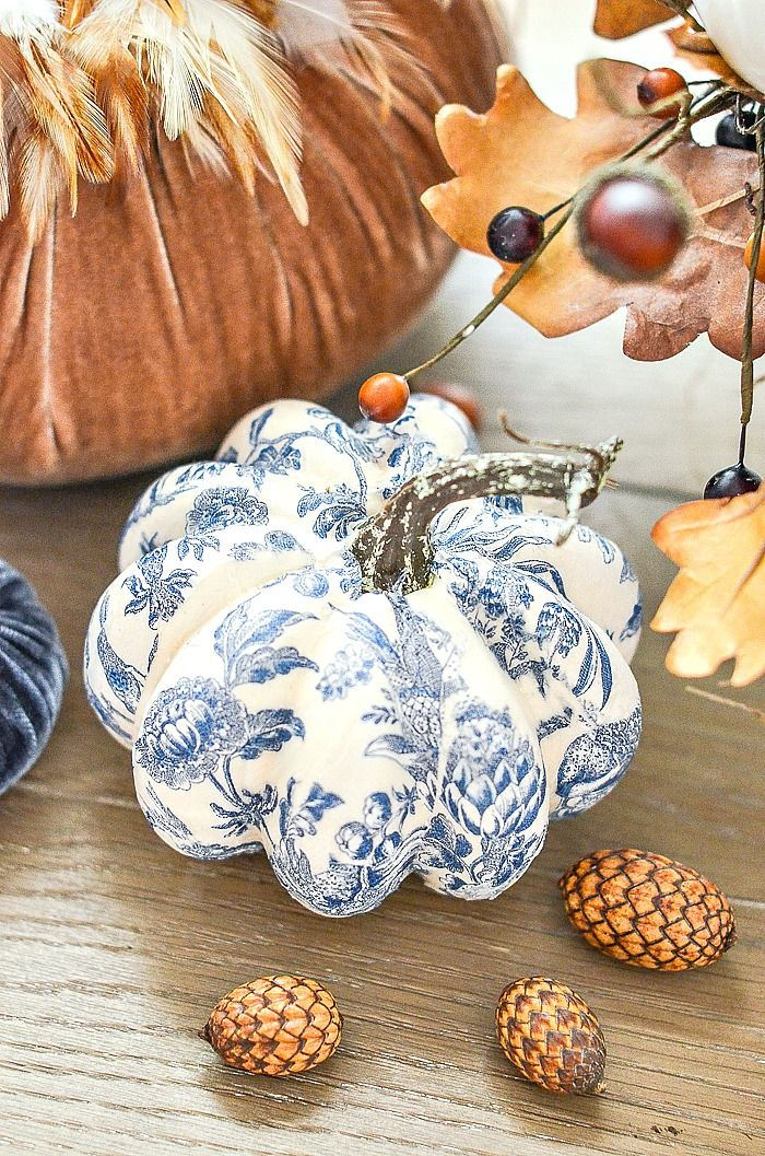 BLUE AND WHITE pumpkins are so easy to make. Just 3 things needed to make gorgeous CHINOISERIE pumpkins! Create a beautiful blue and white patterned pumpkin! #fall #autumn #stonegable #fall pumpkins ##chinoiserie #falldiy #falltutorial #fallhomedecor #fdallhomedecorideas #falldecorating #beautifulpumpkins #easydiy #homedecordiy #pumpkins #homedecordiy