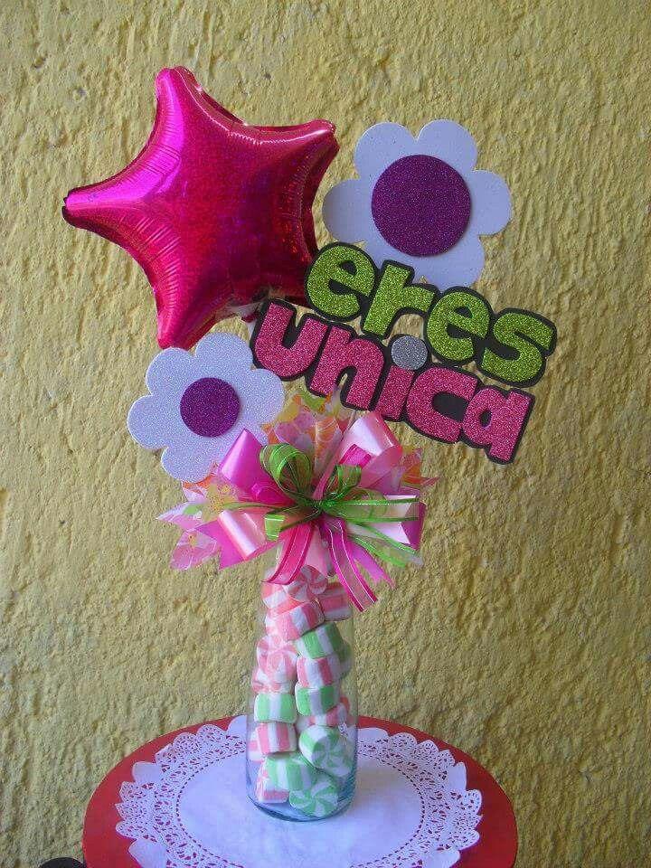 Centro de mesa con golosinas globos y flores en foamy fiestas infantiles pinterest Adornos san valentin manualidades