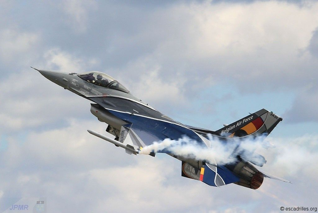 Belgian Air Force General Dynamics F-16 Falcon fighter/attack a/c, in 2013 Solo Display colours.