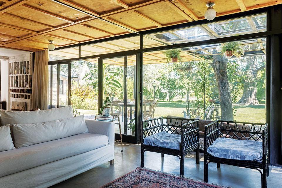 Una casa decorada con materiales fuera de lo com n - Como pintar una casa moderna ...